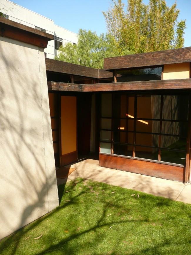 Casa-Schindler-Chace.-Madera-hormigón-y-cristal.-Exterior-jardín3-650x866