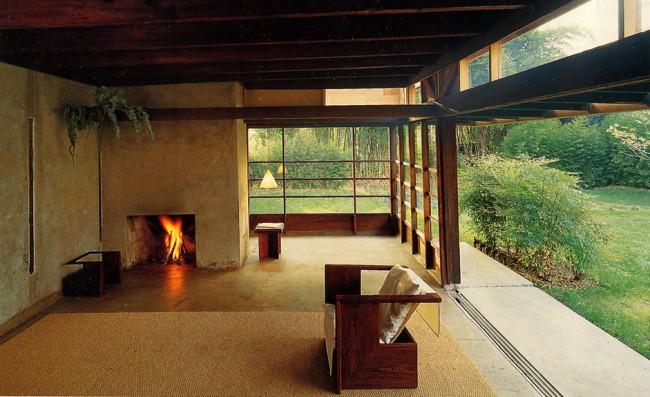 Casa-Schindler-Chace.-Madera-hormigón-y-cristal.-Interior-estudio-con-chimenea-650x397