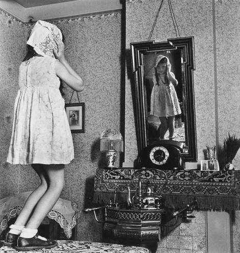 eva-besnyo_1939-girl-on-table