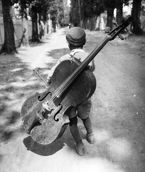 Eva_Besnyö-Junge_mit_Cello-Balaton-1931©Eva_Besnyö-MAI