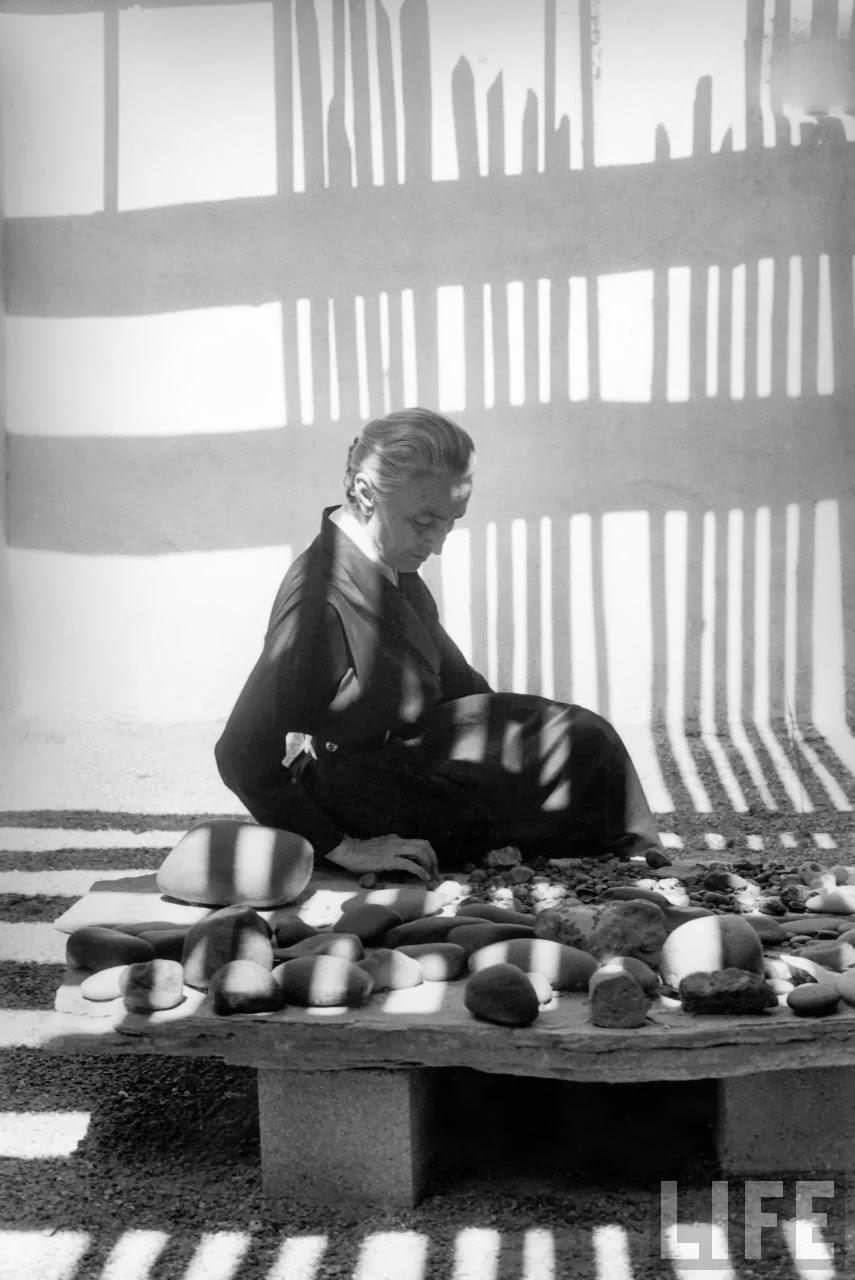 Georgia O'Keeffe, con su colección de piedras por John Loengard