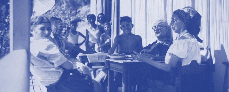 From left to right, in the foreground, Mireille Rougeot, Jean Badovici, Robert Rebutato, Le Corbusier, Yvonne Le Corbusier on the terrace of the Étoile de Mer – In the background, Thomas Rebutato © Fondation Le Corbusier / ADAGP – Photographer unknown